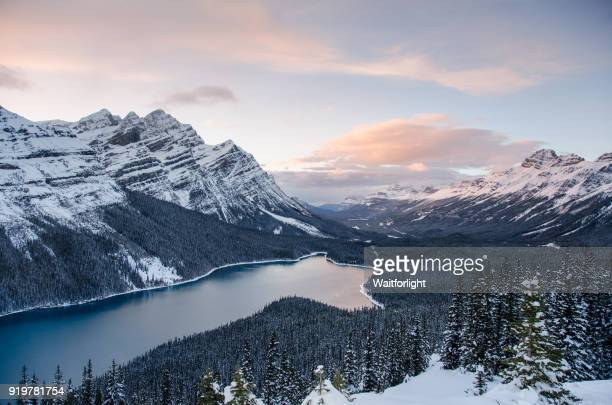 banff national park at sunset in winter - paisajes de canada fotografías e imágenes de stock
