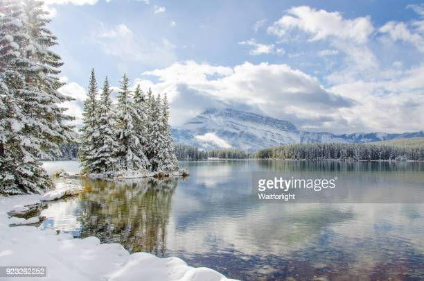 banff national park in winter - canadian rockies stockfoto's en -beelden