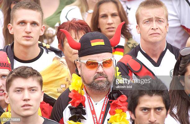 Bange Augenblicke für die deutschen Fußballfans auf dem Fan Fest FIFAWM 2006 am Brandenburger Tor in Berlin während des Spiels Deutschland Argentinien