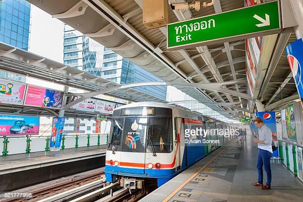 bangkok, bts, railroad station - バンコク・スカイトレイン ストックフォトと画像