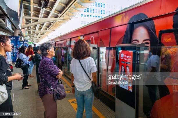 bangkok bts skytrain - バンコク・スカイトレイン ストックフォトと画像