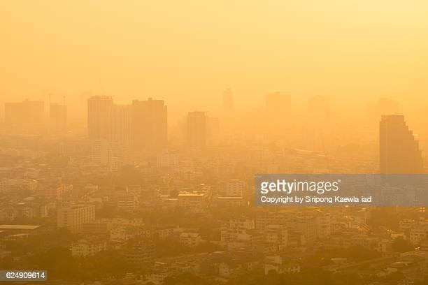 bangkok city in the fog during sunset. - bruma de calor fotografías e imágenes de stock