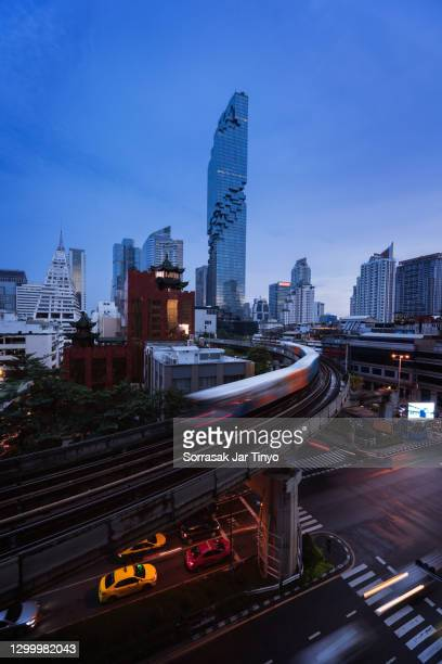 bangkok city night view - バンコク・スカイトレイン ストックフォトと画像