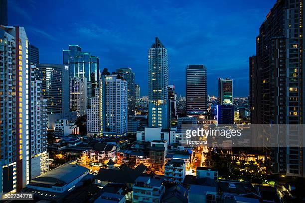 夜のバンコク市内の茎、高層ビルと青い空。