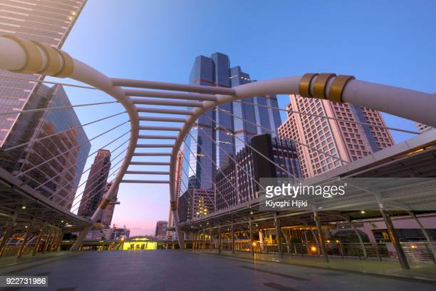 bangkok cityscape, business district in sathorn - バンコク・スカイトレイン ストックフォトと画像