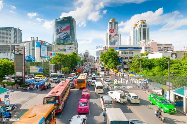 Bangkok paisaje de la ciudad, en el distrito de negocios con el hotel al anochecer (Bangkok, Tailandia)