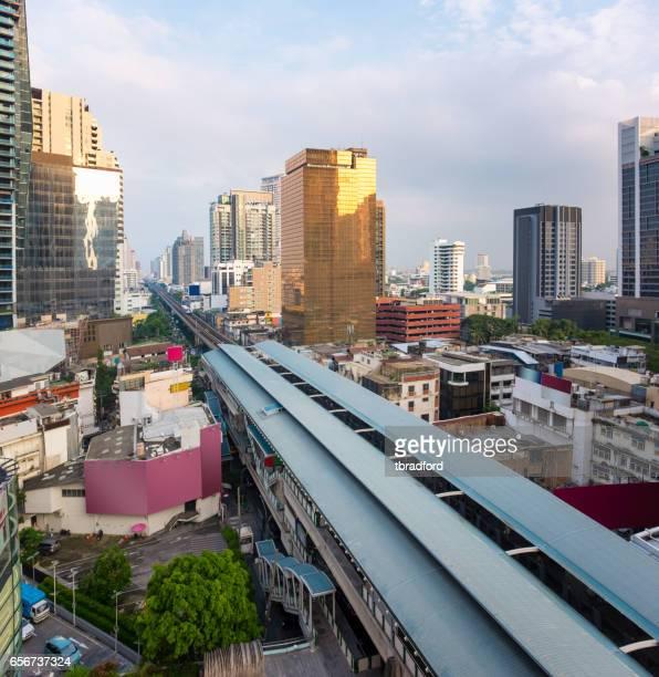 高架鉄道とバンコクのスカイライン - バンコク・スカイトレイン ストックフォトと画像
