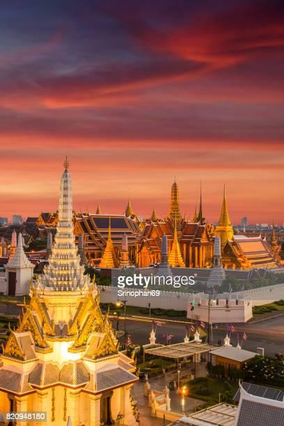 bangkok skyline,wat phra kaew the famous place in bangkok, temple of the emerald buddha and grand palace in bangkok, thailand - sukhothai stockfoto's en -beelden