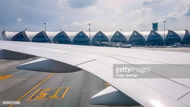bangkok suvarnabhumi airport bkk wing and terminal through window - incheon stock pictures, royalty-free photos & images