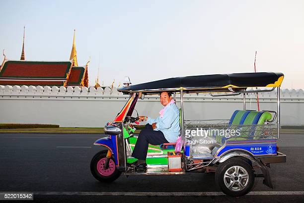 bangkok taxi driver (tok tok), outside the grand palace. bangkok. thailand - hugh sitton stockfoto's en -beelden