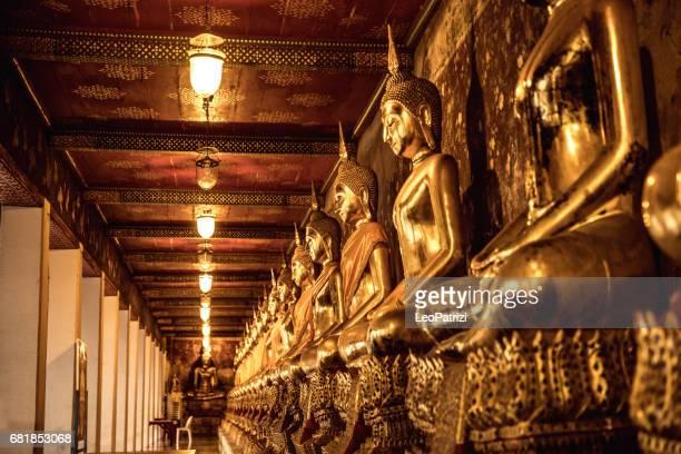 templos tailandeses bangkok wat suthat al atardecer con un sol hermoso - buddha fotografías e imágenes de stock