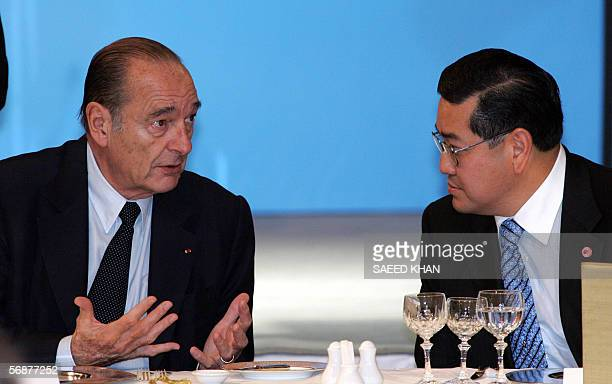 French President Jacques Chirac confers with Thai Deputy Prime Minister Surakiart Sathirathai at a buisness seminar in Bangkok 18 February 2006...