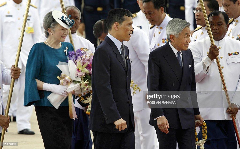 Japanese Emperor Akihito (R) and Empress : News Photo
