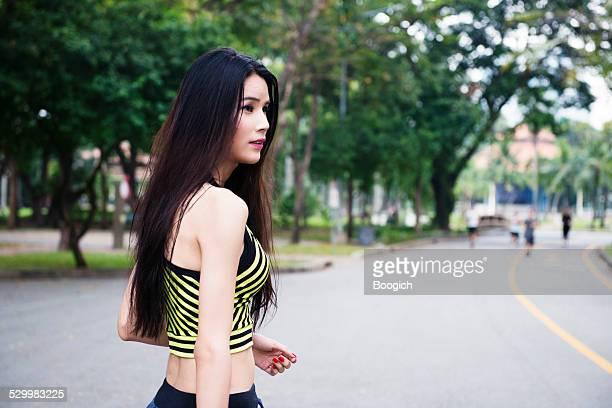 bangkok tailandia ladyboy hacer ejercicio en el parque lumpini - kathoey fotografías e imágenes de stock