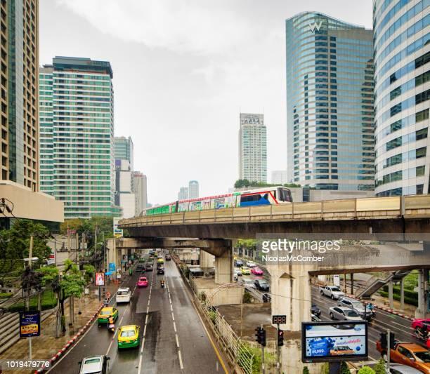 スカイトレインで雨嵐の間にバンコク タイ サトーン tai の道上昇ビュー - シーロム ストックフォトと画像