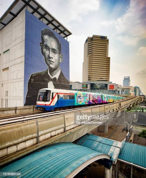 bangkok thailand sky train passing in front of the king bhumibol murale and siam discovery center - bhumibol adulyadej stock pictures, royalty-free photos & images