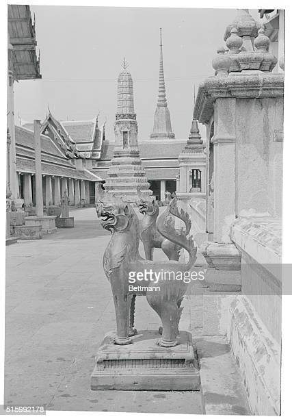 Statues in the Wat Po court yard