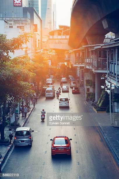 bangkok, traffic in silom district - シーロム ストックフォトと画像
