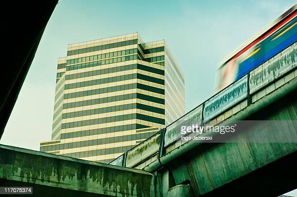 bangkok's overhead railway - バンコク・スカイトレイン ストックフォトと画像