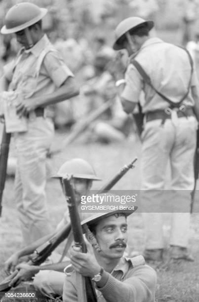 Bangladesh août 1978 Aspects de la vie politique et économique du pays Militaires assurant le maintien de l'ordre lors du meeting de Ziaur Rahman...