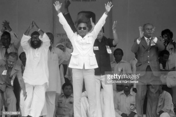 Bangladesh août 1978 Aspects de la vie politique et économique du pays Ziaur RAHMAN président bangladais levant les bras au ciel depuis sa tribune...