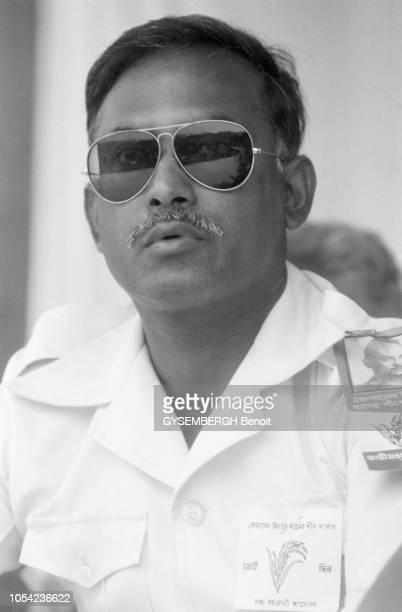 Bangladesh août 1978 Aspects de la vie politique et économique du pays Portrait de face de Ziaur RAHMAN président bangladais Il porte des lunettes de...