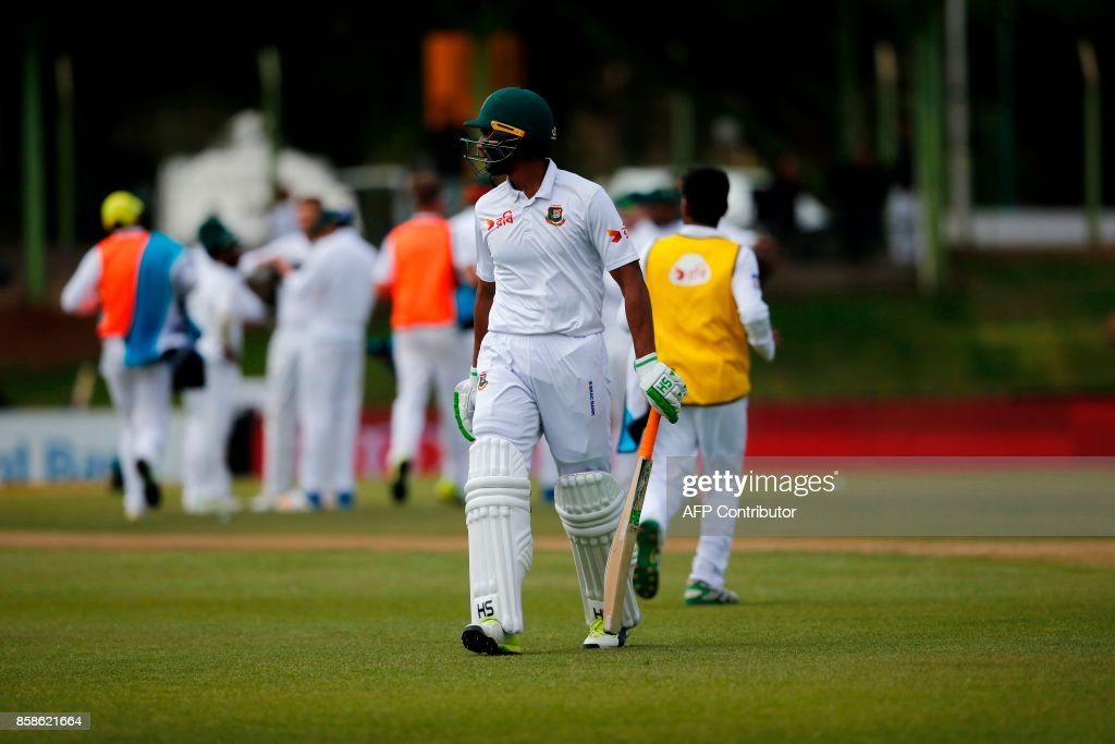 Bangladesh batsman Mahmudullah leaves the ground after South African bowler Wayne Parnell bowled him out during the second day of the second Test cricket match between South Africa and Bangladesh in Bloemfontein, on October 7, 2017. /