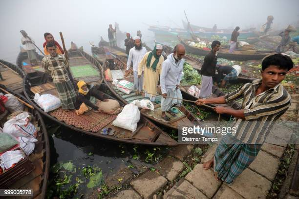 bangladesh, sadarghat in dhaka - dietmar temps ストックフォトと画像