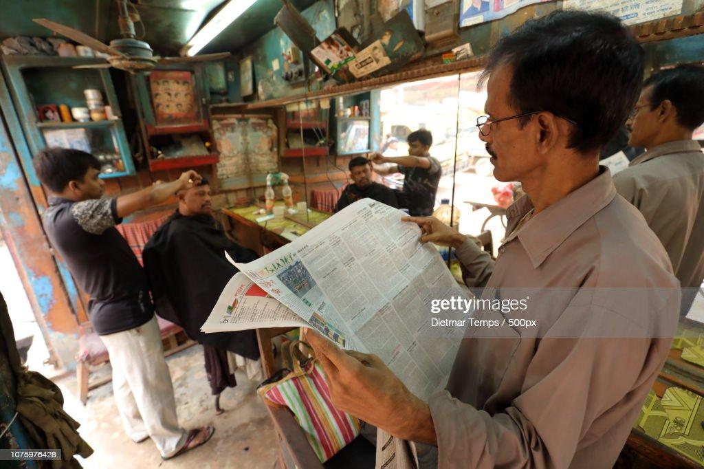 Bangladesh, traditional barber shop : Stock-Foto