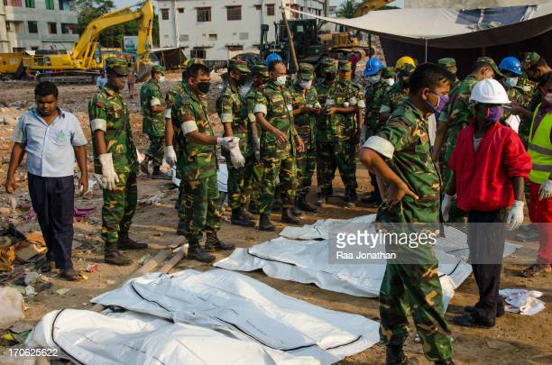 CONTENT] Bangladeshi army do the first identification of the victims