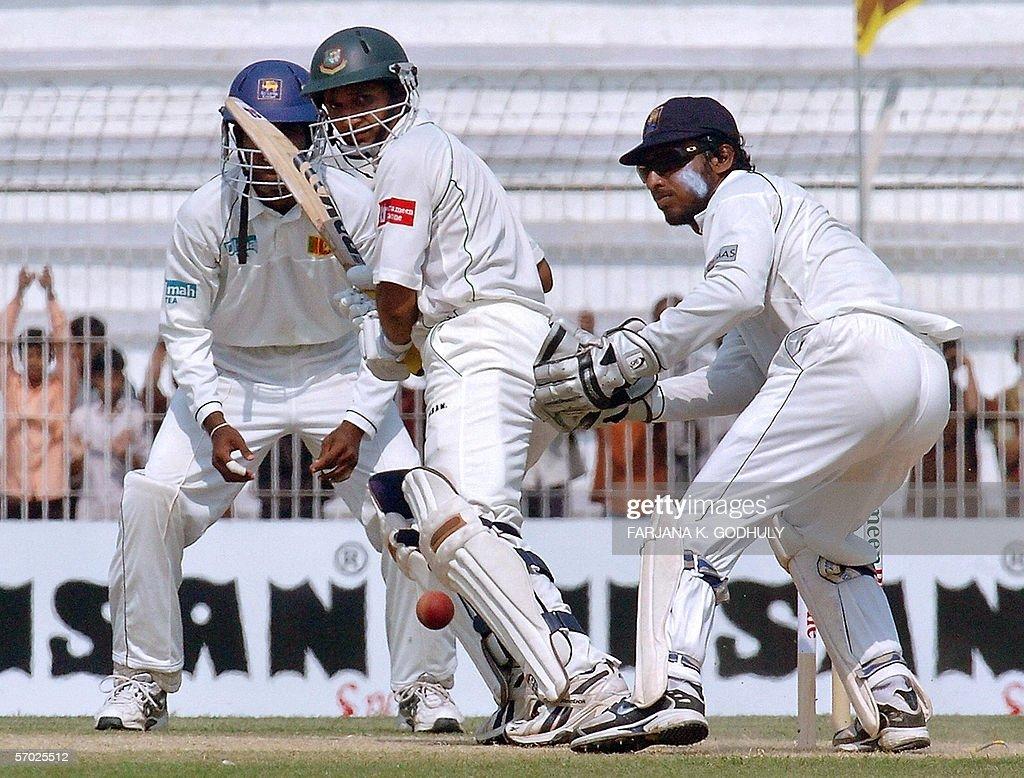 Bangladeshi batsman Habibul Bashar (C) l : News Photo