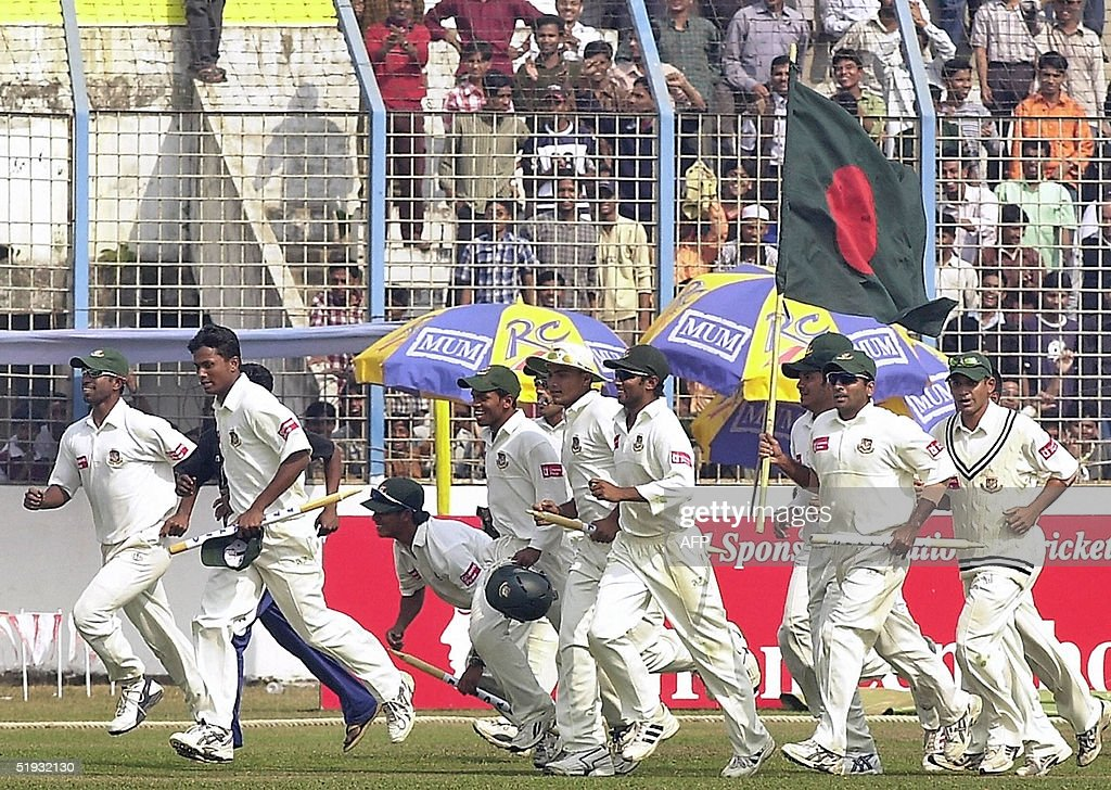 Bangladeshi cricketers celebrate after t : News Photo