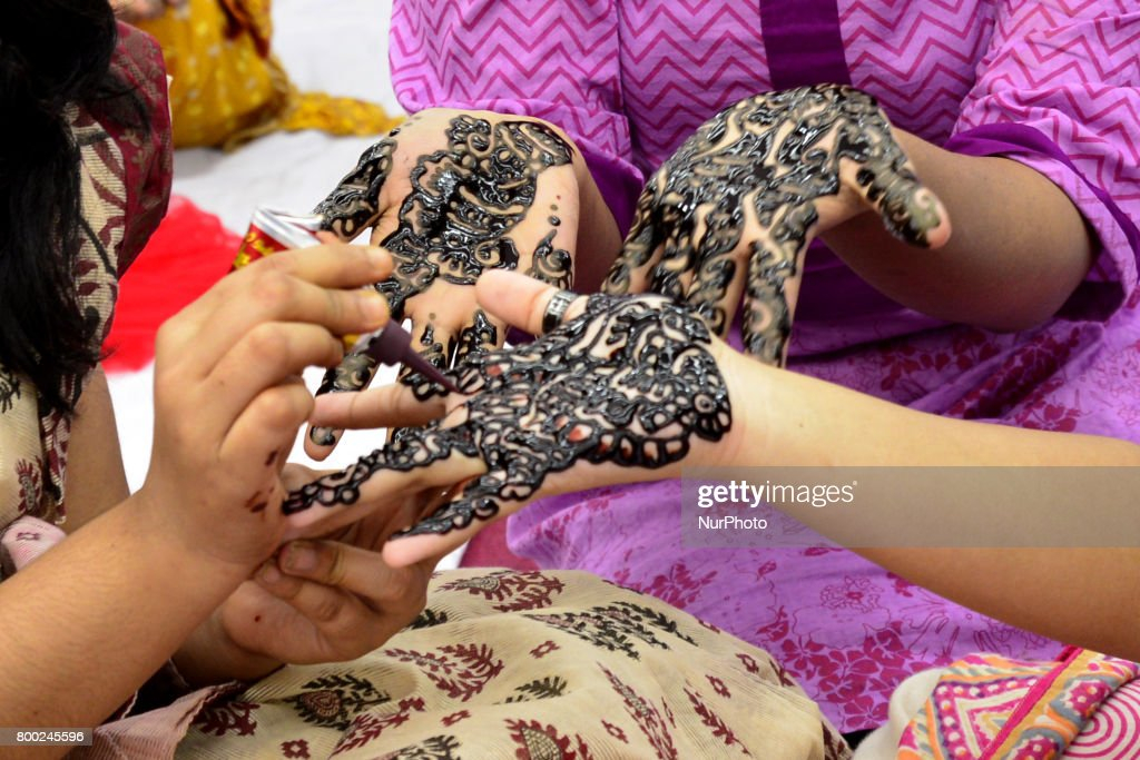 Simple Bangladeshi Eid Al-Fitr Decorations - bangladeshi-women-decorate-hands-with-henna-during-a-henna-design-picture-id800245596  Graphic_14162 .com/photos/bangladeshi-women-decorate-hands-with-henna-during-a-henna-design-picture-id800245596