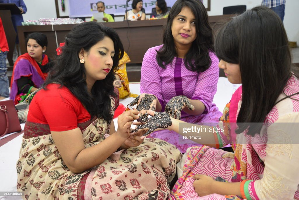 Good Bangladeshi Eid Al-Fitr Decorations - bangladeshi-women-decorate-hands-with-henna-during-a-henna-design-picture-id800245604  Best Photo Reference_547953 .com/photos/bangladeshi-women-decorate-hands-with-henna-during-a-henna-design-picture-id800245604