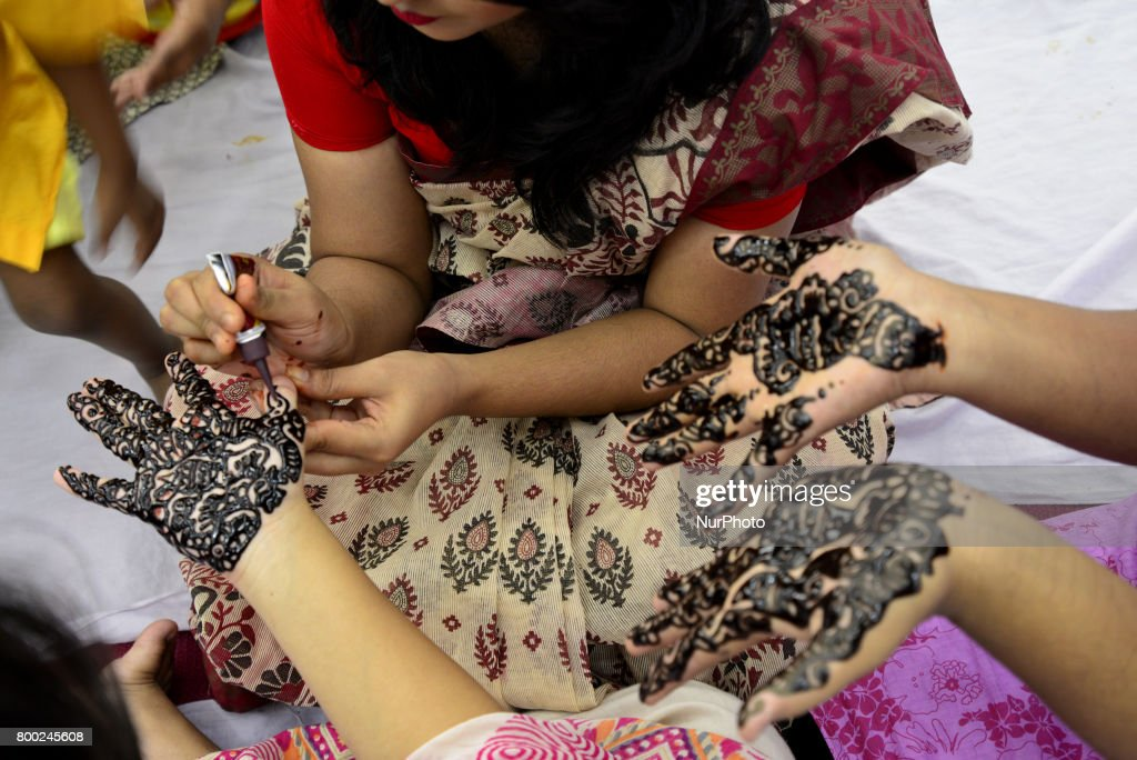 Amazing Board Eid Al-Fitr Decorations - bangladeshi-women-decorate-hands-with-henna-during-a-henna-design-picture-id800245608  Collection_926239 .com/photos/bangladeshi-women-decorate-hands-with-henna-during-a-henna-design-picture-id800245608