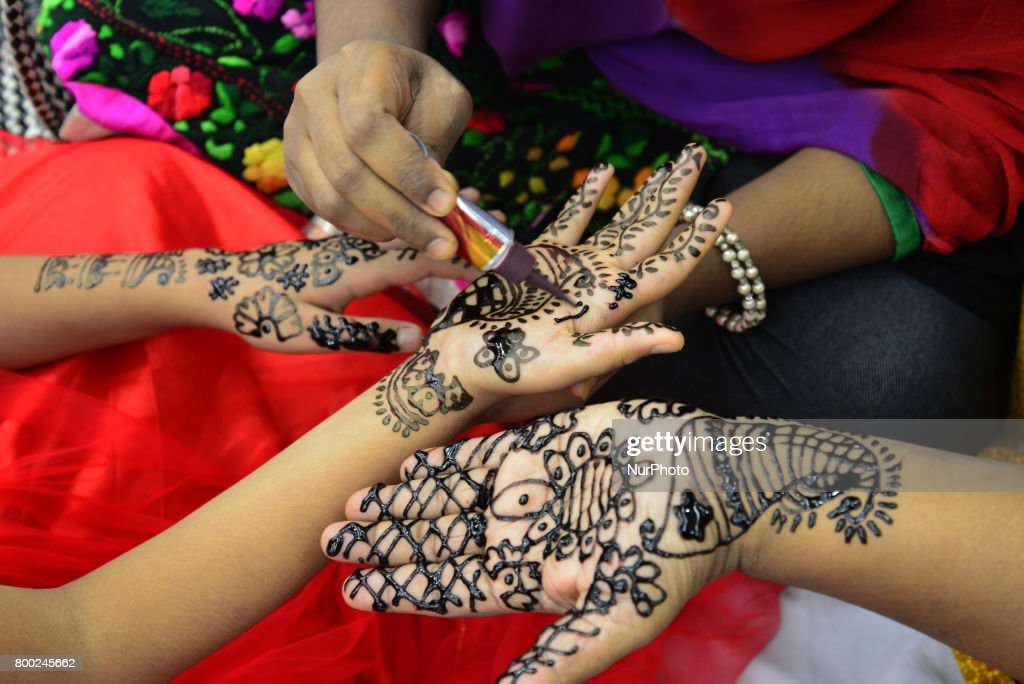 Amazing Festival Eid Al-Fitr Decorations - bangladeshi-women-decorate-hands-with-henna-during-a-henna-design-picture-id800245662  Trends_46266 .com/photos/bangladeshi-women-decorate-hands-with-henna-during-a-henna-design-picture-id800245662