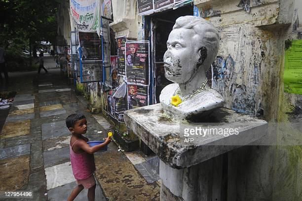 BangladeshPakistanwarhistorycrimeFOCUSwar trial by Cat Barton A Bangladeshi child walks past a statue of Arun Dey's father who was killed by...