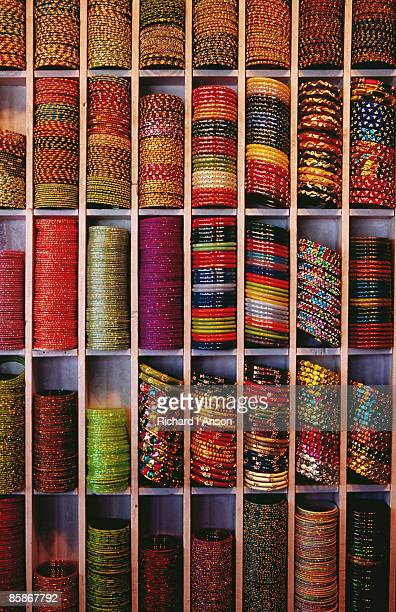bangle shop at tripolia bazaar. - bazaar stockfoto's en -beelden