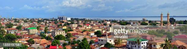 panorama urbano de banjul - capital de gambia y estuario del río gambia - gambia fotografías e imágenes de stock
