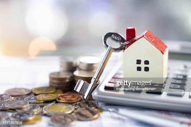 bank calculates the home loan rate,home sale,selling home - erschwinglich stock-fotos und bilder