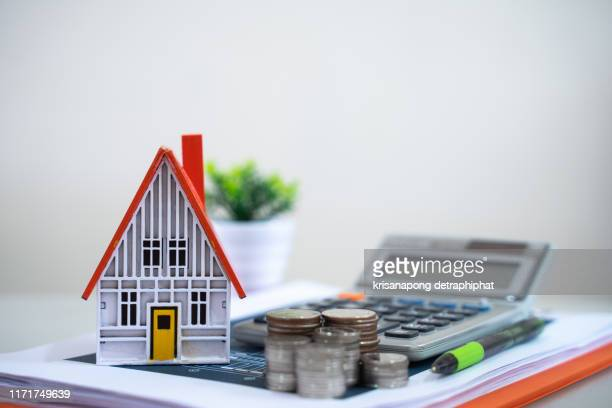 bank calculates the home loan rate,selling home concept,home insurance - erschwinglich stock-fotos und bilder