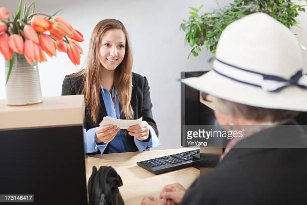Bankschalter Fenster mit Kunden, die Transaktion zu Teller Hz