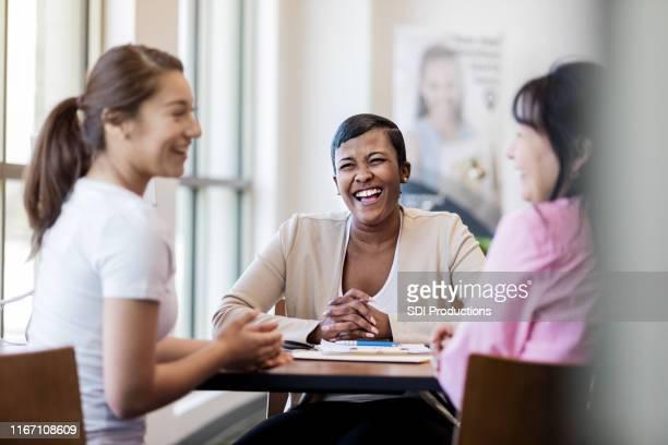 バンカーは、母親と娘の冗談として笑う - 銀行支店長 ストックフォトと画像
