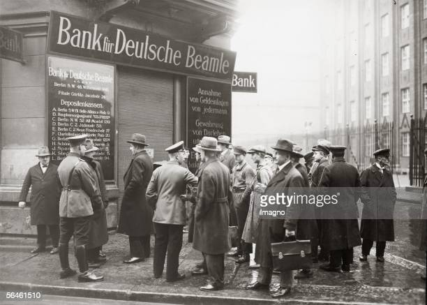 Bankruptcy of German Civil Servant Bank due to bad speculations Claimants in front of the bank Photography 1929 [Zahlungseinstellung bei der...