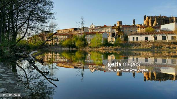 banks of river jerte flowing through the city of plasencia at sunset - victor ovies fotografías e imágenes de stock