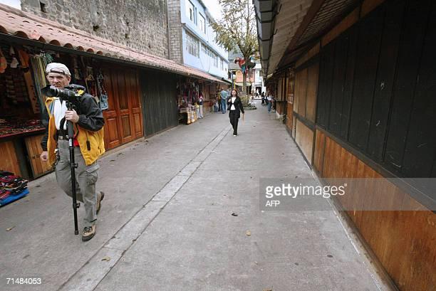 Un turista pasea por el mercado artesanal de la ciudad de Banos el 19 de julio de 2006. AFP PHOTO/Rodrigo BUENDIA
