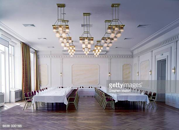 banquet tables in ballroom - balzaal stockfoto's en -beelden