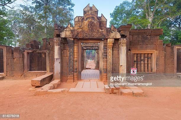 banteay srei entrance gate - banteay srei stockfoto's en -beelden