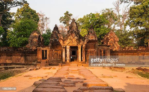 banteay srei entrance - banteay srei stock pictures, royalty-free photos & images