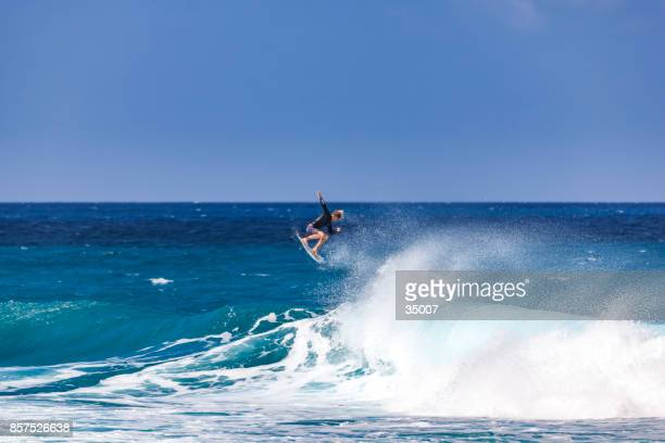 banzai pipeline, north shore, oahu island, hawaii - big wave surfing stock pictures, royalty-free photos & images